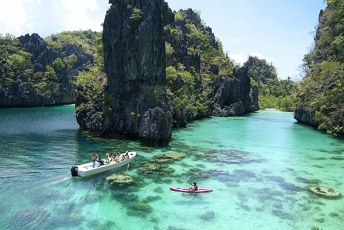 el-nido-lagoon-tours-el-nido-resorts-activities-kayaking-at-the-big-lagoon